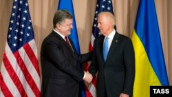 Петро Порошенко (ліворуч) і Джо Байден під час зустрічі в Давосі 20 січня 2016 року