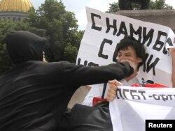 Мәскәүдә гей хокукларын яклаучыларга һөҗүм