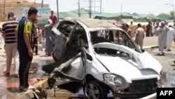 Автокөлікке орнатылған бомба жарылысы болған жерде тұрған адамдар. Самарра, Ирак, 5 шілде 2013 жыл. (Көрнекі сурет)