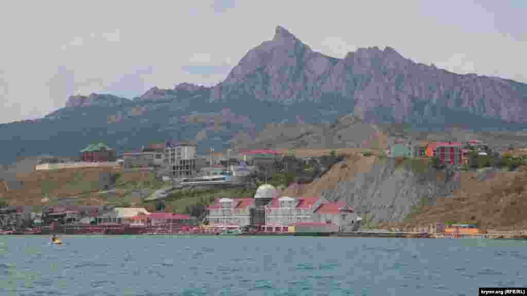 На восточном побережье Крыма раскинулся поселок Коктебель. По ощущениям, туристов там меньше, чем обычно