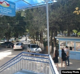 С 18 сентября граждане Южной Осетии смогут подавать уведомления о двойном гражданстве, не выезжая за ее пределы. Несколько представителей североосетинского отделения почты России будут принимать уведомления в здании цхинвальского почтамта