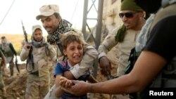 Dečak reaguje na iračke vojne snage u Mosulu, ilustrativna fotografija