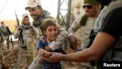 نیروهای عراقی کودکی را از جبهه نبرد خارج میکنند؛ مناطق شرقی موصل ۱۴ آبان ماه