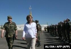 Министр обороны Испании Карме Чакон во время визита в Ливан, апрель 2008 года.
