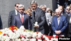 Ermənistan prezidenti Serzh Sarkisian, aktyor George Clooney və Charles Aznavour Ermənistanda soyqırım abidəsinin önündə.