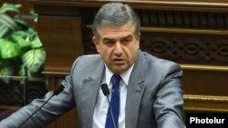 Премьер-министр Армении Карен Карапетян в парламенте (архив)
