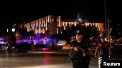 Полицейские стоят на страже возле турецкой военной штаб-квартиры в Анкаре, 15 июля 2016 года. Фото REUTERS.