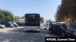 Автобус Вооруженных сил Украины на въезде в аэропорт Борисполь.