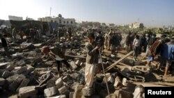 Sanaa aeroporti yaqinidagi mahallaga Saudiya harbiylari uyushtirgan havo hujumidan keyingi manzara.