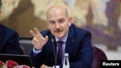 Ишембиде Түркиянын Ички иштер министри Сүлейман Сойлу.