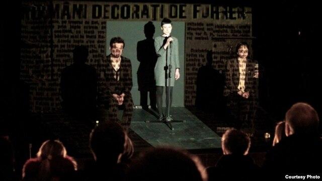 Scenă din spectacolul de la Chișinău cu piesa Nicoletei Esinencu