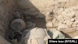 Фрагменты керамики на месте археологических раскопок в Таразе.