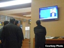 """Ашгабад һава аланындагы юлчылар """"Россия 24"""" каналын карый"""