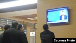 Aşgabat, aeroportda rus TW-sine seredýän adamlar.