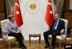 Merkel Erdoganu: Garantovati različitost mišljenja