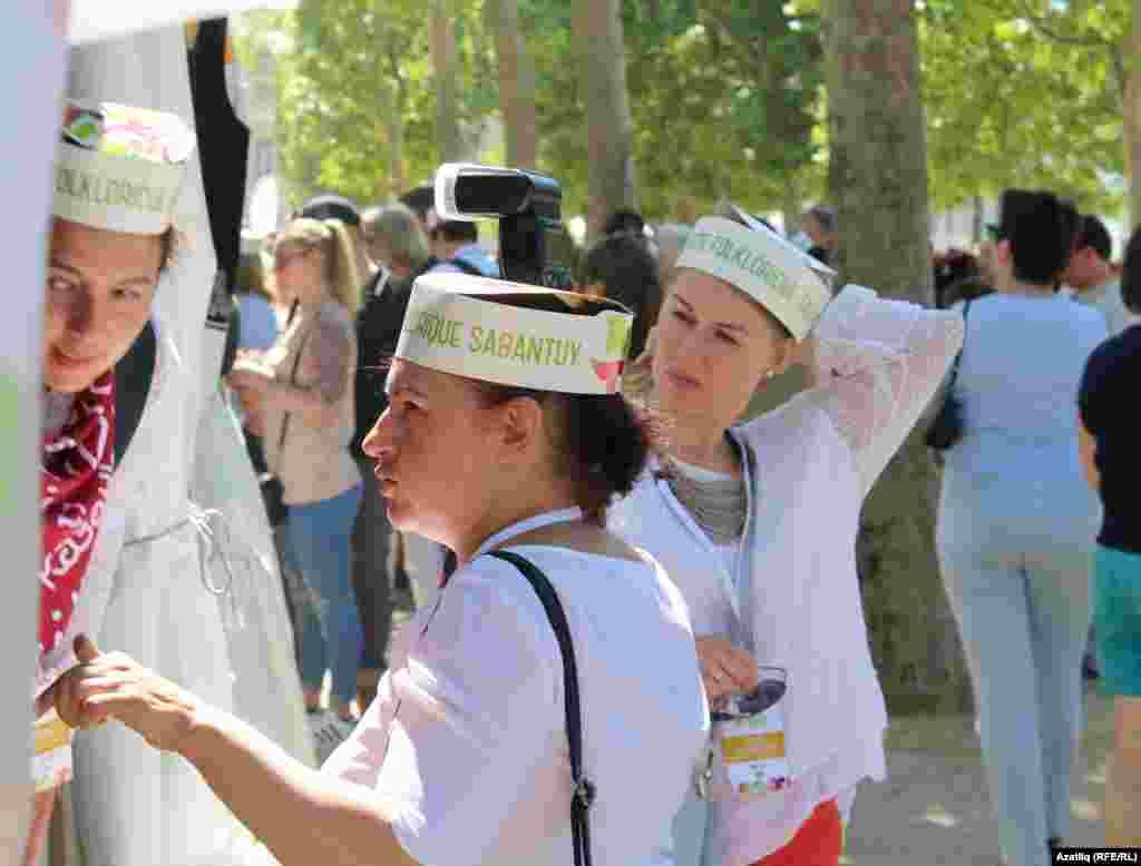 Париждегі сабантойға Татарстаннан келген делегация мүшелерінің көбі ұлттық киім киген.
