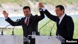 Премиерите Зоран Заев и Алексис Ципрас го прославуваат потпишувањето на договорот за името на 17 јуни 2018 во Псарадес