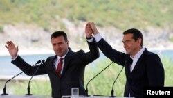 Премиерите Зоран Заев и Алексис Ципрас го прославуваат потпишувањето на договорот за името.