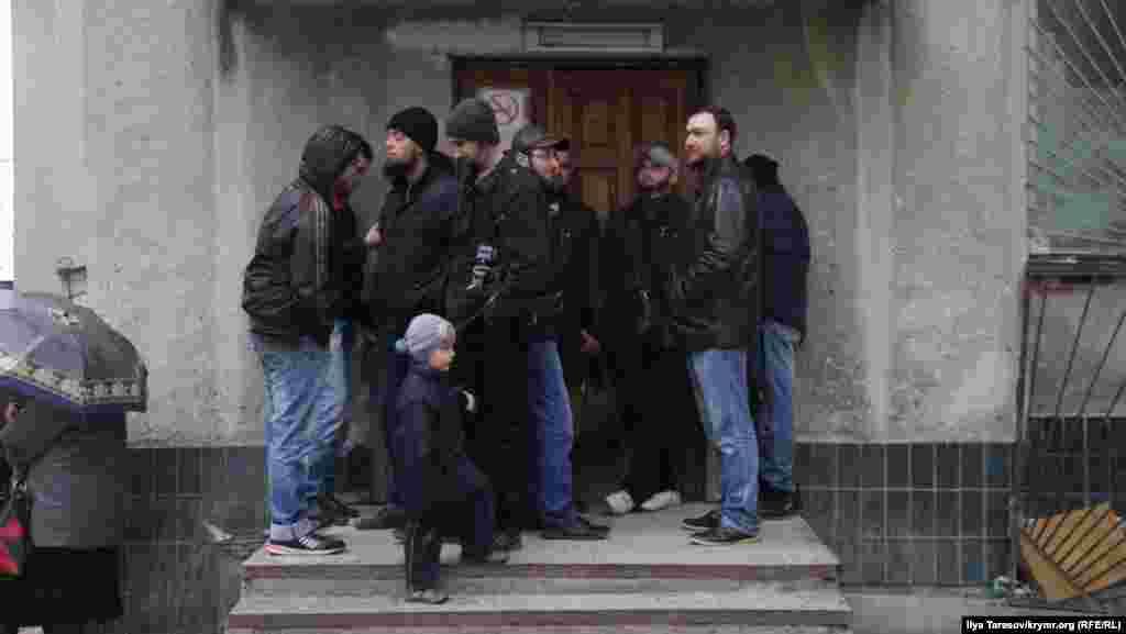 Незважаючи на негоду, підтримати обвинувачених прийшло близько п'ятдесяти активістів