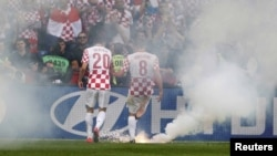 Baklje na terenu tijekom utakmice Hrvatske u Poznanju, 14. lipnja 2012.