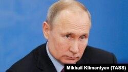 Запобіжні заходи вжили у зв'язку зі спалахом нового коронавірусу, підтвердив «Ведомостям» прессекретар 67-річного Путіна Дмитро Пєсков