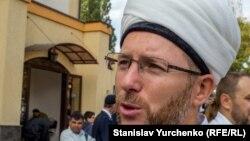 Муфтий Духовного управления мусульман Украины «УММА» Саид Исмагилов возле мечети на улице Дегтяревской в Киеве, архивное фото