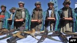 Талибанның бұрынғы жауынгерлері қаруларын тастап, ауған қауіпсіздік күштеріне қосылу салтанаты кезінде. Герат, 22 қазан 2012 жыл. (Көрнекі сурет).