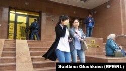 Девушки выходят из 11-го подъезда Дома правительства, где находится министерство образования и науки. Астана, 12 августа 2017 года.