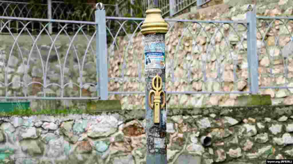 На столбах логотип Фороса