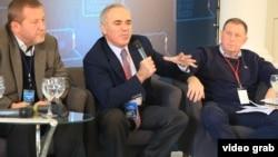 Альфред Кох, Гарри Каспаров, Андрей Илларионов на Форуме в Вильнюсе.