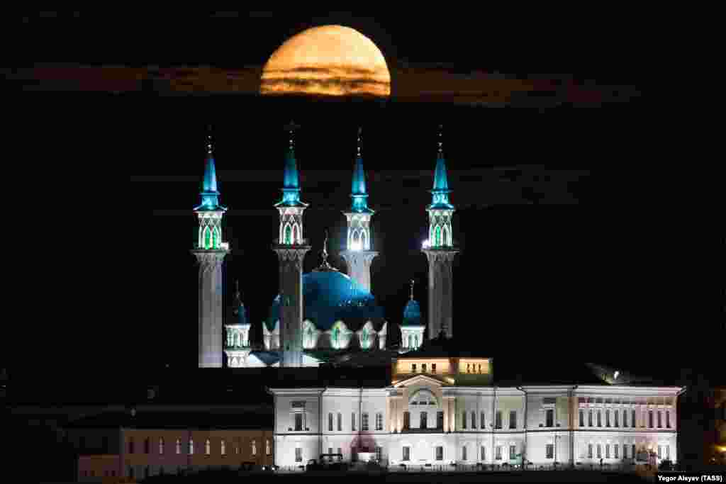 The moon sets over the Qolsarif Mosque in Kazan. (TASS/Yegor Aleyev)