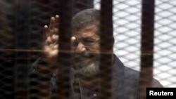 Свергнутый президент Египта Мохаммед Мурси за решеткой в зале суда, 30 апреля 2015 года.