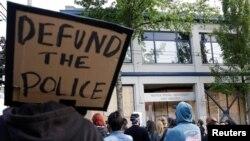 Лозунгът за спиране на финансирането на полицията беше издигнат от движението Black Lives Matter и бързо набра популярност сред протестиращите срещу полицейското насилие над цветнокожите в САЩ