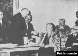 Anna Ahmatowa Etna Taormina baýragy gowşurylýar. Italiýa. 1964 ý.