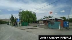 Кыргыз-тажик чек арасындагы Көк-Таш айылы. Баткен, Кыргызстан.