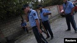 Грузинская полиция блокирует улицу в селе, где, возможно, находятся члены вооруженной группы