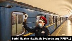В Киеве после двухмесячного перерыва заработало метро (фотогалерея)