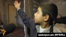 8-ամյա Վոլոդյան ցույց է տալիս տան թաց պատերը