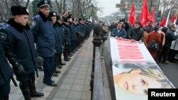 Під час акції на підтримку Юлії Тимошенко під Верховною Радою, Київ, 13 листопада 2013 року