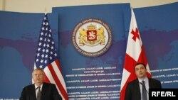 აშშ-ის ელჩი ჯონ ტეფტი (მარცხნივ) და საქართველოს საგარეო საქმეთა მინისტრის მოადგილე გიგა ბოკერია ერთობლივ ბრიფინგზე