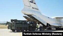 Թուրքիա - Անկարայի մոտ գտնվող «Մուրթեդ» ավիացիոն ռազմակայանում ռուսական ռազմական բեռնատար օդանավից դուրս են բերում C-400-ի բաղադրիչները, 27-ը օգոստոսի, 2019թ․