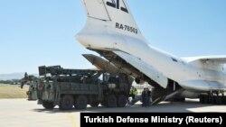 Թուրքիա - Անկարային մերձակա «Մուրթեդ» օդանավակայանում ռուսական ինքնաթիռից դուրս են բերվում C-400 համակարգի բաղադրիչները, օգոստոս, 2019թ․