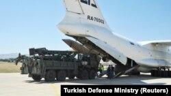Թուրքիա - Անկարային մերձակա «Մուրթեդ» օդանավակայանում ռուսական ինքնաթիռից դուրս են բերվում C-400 համակարգերի բաղադրիչները, 27-ը օգոստոսի, 2019թ․