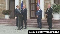 Министр иностранных дел России Сергей Лавров (слева) инспектирует здание, которое Россия называет своим посольством в Абхазии. Сухуми, 18 апреля 2017 года.