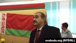 Сяргей Гадукевіч галасуе на прэзыдэнцкіх выбарах 11 кастрычніка 2015 году.