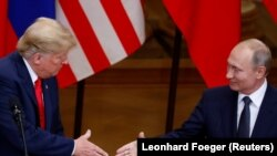 ABŞ-nyň prezidenti Donald Tramp bilen Orsýetiň prezidenti Wladimir Putin 16-njy iýulda Helsinkide geçiren bilelikdäki metbugat ýygnagyndan soň elleşýärler