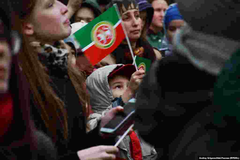После высказывания Путина в конце прошлого годаминистерство образования России представило новый учебный план, по которому обязательное изучение татарского языка в школах Татарстана отменено.