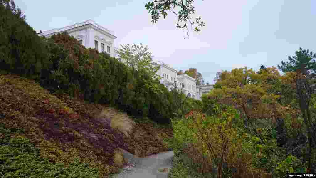 Над знаменитою стежкою розташувалися корпуси санаторію «Лівадія»