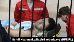 Відсторонений від посади голови Державної фіскальної служби Роман Насіров у залі суду на ношах, 4 березня 2017 року