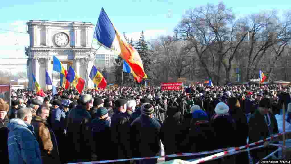 În Piaţa Marii Adunări Naţionale protestează membrii şi susţinătorii Platformei DA.